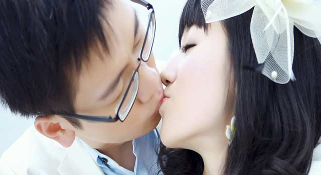 Kissing Tips - How do you French Kiss (4 Steps) - HowFlux